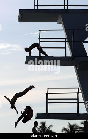 Ft. Lauderdale, FL, USA. 29th June, 2018. Divers warm up for their events during the USA Diving Zone B Championships at Fort Lauderdale Aquatic center on Friday, June 29, 2018. Athletes who qualified from nine states (Florida, Georgia, Alabama, South Carolina, Mississippi, Louisiana, Arkansas, Oklahoma and Texas) competed to advance to the USA Diving National Championships to be held in Atlanta, Ga. Amy Beth Bennett, Sun Sentinel Credit: Sun-Sentinel/ZUMA Wire/Alamy Live News - Stock Photo