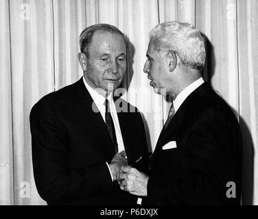 London, England, U.K. 2nd Oct, 1960. ARTHUR GOLDBERG (1908-1990) was a statesman and jurist who served on the Supreme Court, U.S. Secretary of Labor and was an Ambassador to the United Nations. PICTURED: Arthur Goldberg talks with a colleague. Credit: KEYSTONE Pictures USA/ZUMAPRESS.com/Alamy Live News - Stock Photo
