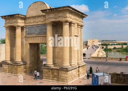 View of the rear of the Puerta del Puente - the former city gate and triumphal arch of Cordoba - with the Roman Bridge beyond, Andalucia, Spain. - Stock Photo