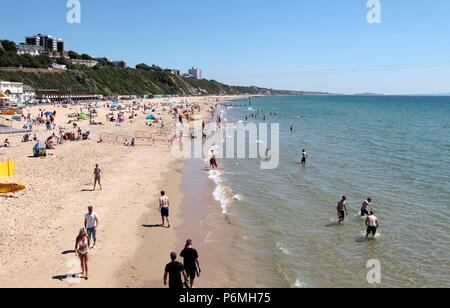 PEOPLE FLOCK TO THE BEACH IN BOURNEMOUTH IN THE LAST WEEK OF JUNE DURING THE UK HEATWAVE 2018. - Stock Photo