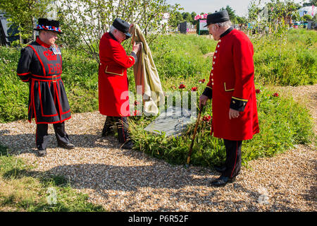 London, UK. 2nd July 2018. Unveiling a plaque marking the 24 Royal Parks and Palaces gardeners and park keepers who lost their lives in WWI. Hampton Court 'Battlefields to Butterflies' tribute garden (created by Historic Royal Palaces gardeners) with two Chelsea Pensioners – who assisted with growing plants for the garden - and a Yeoman Warder of HM Tower of London, all of whom have served a minimum of 22 years in the armed forces -  ,Press day at The RHS Hampton Court Flower Show. Credit: Guy Bell/Alamy Live News - Stock Photo