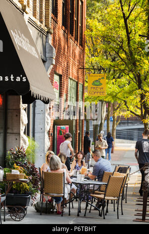 Syracuse, New York: Dining al fresco at a restaurant in Armory Square. - Stock Photo