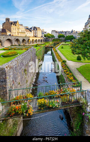 France, Brittany (Bretagne), Morbihan department, Vannes. The Marle River runs through the Jardins des Remparts gardens in front of Chateau de l'Hermine. - Stock Photo