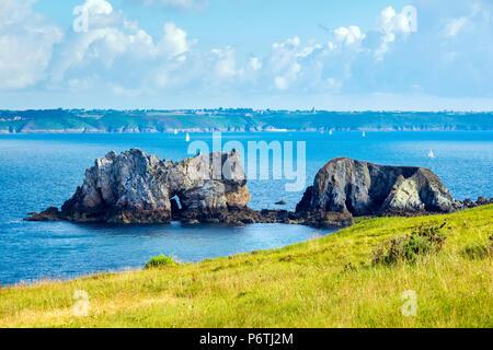 France, Brittany (Bretagne), Finistere department, Camaret-sur-Mer. Pointe du Toulinguet on the Presqu'ile de Crozon, Parc naturel regional d'Armorique. - Stock Photo