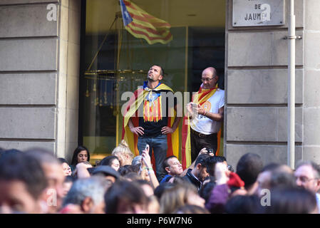 October 27, 2017 - Barcelona, Spain: Catalans celebrate in the streets of Barcelona after the Catalan parliament voted in favor of declaring independence from Spain. Rassemblement festif dans les rues de Barcelone apres la declaration unilaterale d'independance. *** FRANCE OUT / NO SALES TO FRENCH MEDIA *** - Stock Photo