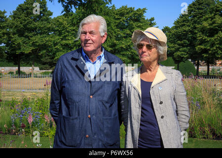 London, UK. 2nd-8th July 2018. RHS Hampton Court Flower Show. Iconic Horticultural Heroes. Dutch landscape designer, plantsman and author Piet Oudolf with his wife Anja in the perennial meadow style borders as he is presented with an award for iconic garden design. - Designer:  Piet Oudolf - Stock Photo