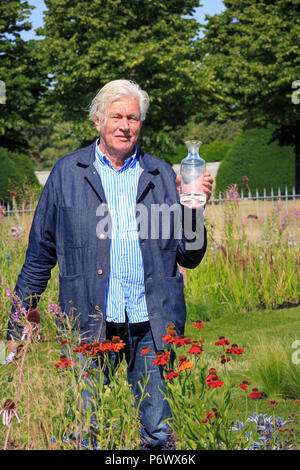 London, UK. 2nd-8th July 2018. RHS Hampton Court Flower Show. Iconic Horticultural Heroes.  Dutch landscape designer, plantsman and author Piet Oudolf with an award from the RHS at Hampton Court Flower Show to celebrate Piet's iconic achievement in garden design. - Stock Photo