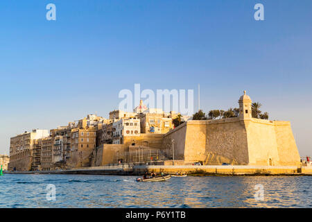 Malta, South Eastern Region, Valletta. Senglea, one of the Three Cities, as seen from a water taxi in Grand Harbour. - Stock Photo