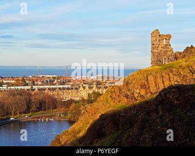 UK, Scotland, Lothian, Edinburgh, Holyrood Park, Ruins of the Saint Anthony's Chapel and the St Margaret's Loch. - Stock Photo