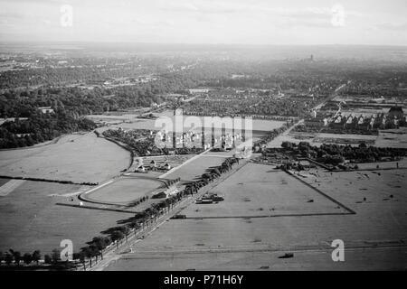 Blick auf die noch fast unbebaute Gegend zwischen oben M�-Schwabing und unten (nicht im Bild) M�-Freimann. Die gerade Landstrasse/Allee ist die heutige Ungererstrasse, vormals Landshuter Strasse. Der untere Rand der rechts zu sehenden mehrz� Siedlung befindet sich etwa auf H�der heutigen U-Bahn-Station 'Alte Heide'. Auf dem Gel�e links (Sportplatz) wurde ab 1961 bis 1977 die Studentenstadt Freimann errichtet 44 ETH-BIB-Aussenquartier von München, Blickrichtung Süden-Weitere-LBS MH02-29-0015 - Stock Photo