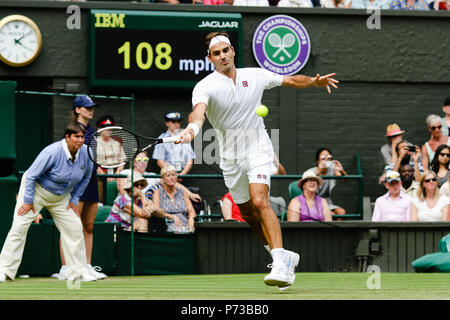 London, UK, 4th July 2018: Defending champion Roger Federer in action during Day 3 at the Wimbledon Tennis Championships 2018 at the All England Lawn Tennis and Croquet Club in London. Credit: Frank Molter/Alamy Live news - Stock Photo