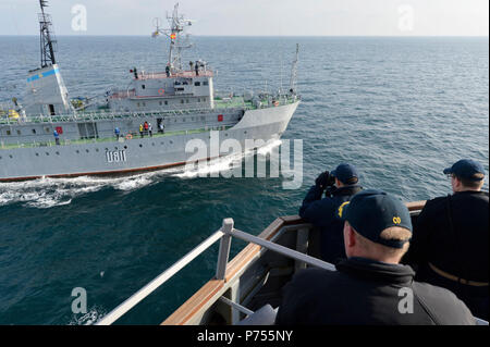 BLACK SEA (Dec. 6, 2015) Sailors aboard USS Ross (DDG 71) conduct replenishment-at-sea training with the Ukrainian Auxiliary ship Balta (U811) during a passing exercise in the Black Sea Dec. 6, 2015. Ross, an Arleigh Burke-class guided-missile destroyer, forward deployed to Rota, Spain, is conducting a routine patrol in the U.S. 6th Fleet area of operations in support of U.S. national security interests in Europe. - Stock Photo