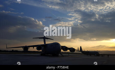 A C-17 Globemaster, assigned to the Tennessee National Guard, sits on the flight line of the Constantine the Great Airport, June 10, 2018, in Nis, Serbia. The aircraft arrived with about 90 Soldiers from both the 269th Military Police Company, Tennessee National Guard, and the 838th Military Police Company, Ohio National Guard. The Soldiers traveled to Serbia to participate in Exercise Platinum Wolf 2018, a two-week multinational peacekeeping exercise that brought 10 nations together to enhance military cooperation and interoperability at Serbia's South Base and Borovac Training Area, June 11- - Stock Photo
