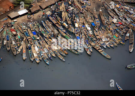 Unloading the Catch of the Day from Fishing Boats in Accra, Ghana - Stock Photo