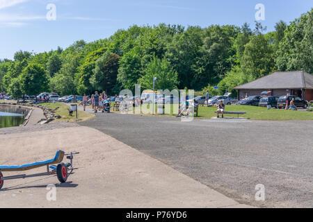 Lochwinnoch, Scotland, UK - July 01, 2018:  Visitors taking advantage of Scotlands unusual heatwave at Castle Semple outdoor centre at Lochwinnoch. - Stock Photo