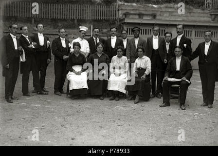 Español: Título original: Grupo de empleados de un restaurante (1/1) Localización: Guipúzcoa  . 1918 35 Grupo de empleados de un restaurante (1 de 1) - Fondo Car-Kutxa Fototeka - Stock Photo