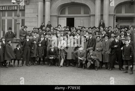35 Grupo de hombres en el exterior de un edificio delante del Café Lion d'Or, situado en los bajos del Teatro Victoria Eugenia (1 de 1) - Fondo Car-Kutxa Fototeka - Stock Photo