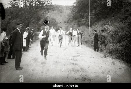 Español: Título original: Grupo de hombres en el barrio de Carabel (2/6) Localización: Hernani (Guipúzcoa)  . 1920 35 Grupo de hombres en el barrio de Carabel (2 de 6) - Fondo Car-Kutxa Fototeka - Stock Photo
