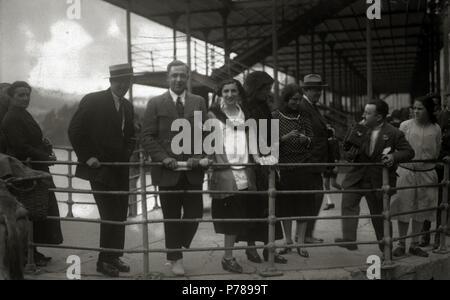 Español: Título original: Grupo de personas junto al Tinglado de Tolosa (1/1) Localización: Tolosa (Guipúzcoa)  . 1925 35 Grupo de personas junto al Tinglado de Tolosa (1 de 1) - Fondo Car-Kutxa Fototeka - Stock Photo