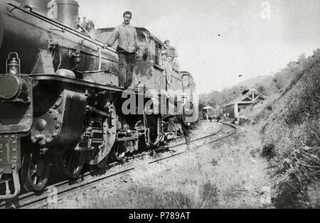 Español: Título original: Grupo de personas subidas a una locomotora (1/1) Localización: Guipúzcoa  . 1918 36 Grupo de personas subidas a una locomotora (1 de 1) - Fondo Car-Kutxa Fototeka - Stock Photo