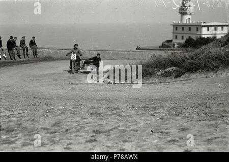 Español: Título original: Motociclismo por el Paseo del Faro (2/6) Localización: San Sebastián (Guipúzcoa)  . 1922 47 Motociclismo por el Paseo del Faro (2 de 6) - Fondo Car-Kutxa Fototeka - Stock Photo