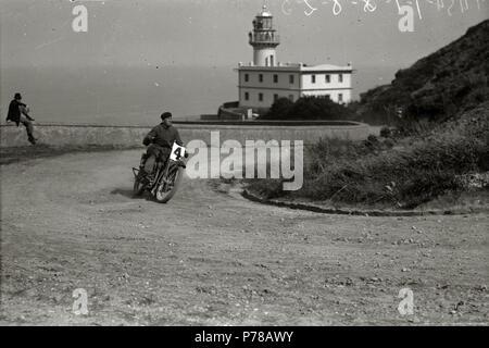 Español: Título original: Motociclismo por el Paseo del Faro (4/6) Localización: San Sebastián (Guipúzcoa)  . 1922 47 Motociclismo por el Paseo del Faro (4 de 6) - Fondo Car-Kutxa Fototeka - Stock Photo
