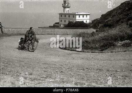 Español: Título original: Motociclismo por el Paseo del Faro (5/6) Localización: San Sebastián (Guipúzcoa)  . 1922 47 Motociclismo por el Paseo del Faro (5 de 6) - Fondo Car-Kutxa Fototeka - Stock Photo