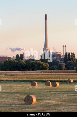 Krefeld, Uerdingen, Blick von der anderen Rheinseite auf die Bayer-Werke (Chemie-Park) und den Schornstein der Müllverbrennungsanlage. Davor Hohenbudb - Stock Photo