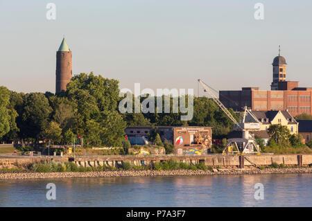 Krefeld, Uerdingen, Blick von der Krefelder Rheinbrücke auf die Rhine Side Gallery am Zollhof, dahinter Turm der Michaeliskirche (links) und der Heinr - Stock Photo