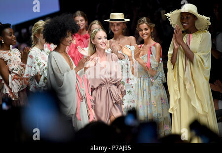 Berlin, Germany. 05th July, 2018. Designer Lana Mueller (M) thanks the audience from the catwalk after a show by her label Lana Mueller. Credit: Britta Pedersen/dpa-Zentralbild/dpa/Alamy Live News - Stock Photo