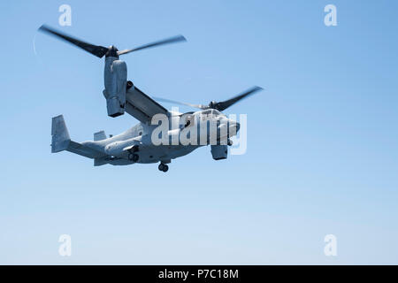 """180703-N-RD713-175 PACIFIC OCEAN,  (July 3, 2018) An MV-22B Osprey, assigned to the """"Red Lions"""" of Marine Medium Tiltrotor Squadron (VMM) 363, lands on flight deck of the amphibious assault ship USS Bonhomme Richard (LHD 6) during the squadron embarkation. Bonhomme Richard is currently underway in the U.S. 3rd Fleet area of operations.  (U.S. Navy photo by Mass Communication Specialist 3rd Class Zachary DiPadova) - Stock Photo"""
