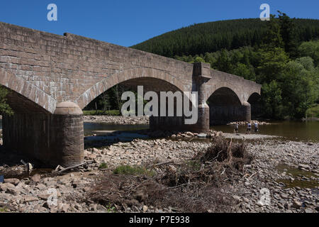 Royal Bridge, Ballater, Scotland, UK. Four span bridge across the River Dee, built of pink granite by engineers Jenkins and Marr. - Stock Photo