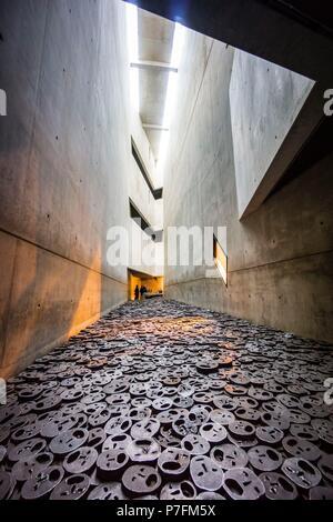 Shalechet, -hojas caidas-, instalacion artistica de Menashe Kadishman, Museo Judío de Berlín,diseñado por el arquitecto polaco Daniel Libeskinds , Berlin, Alemania, Europe. - Stock Photo