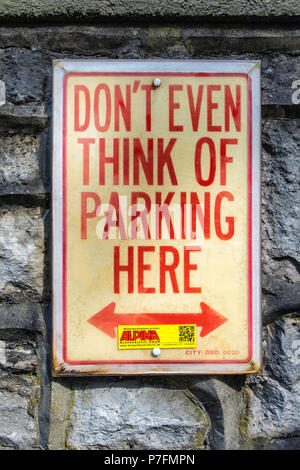Berlin-Dahlem.No parking notice on stone wall, Don't even think of parking here - Stock Photo