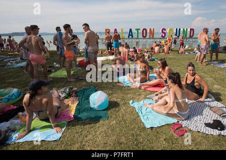 Zamardi, Hungary. 5th July, 2018. People enjoy summer during the Balaton Sound music festival on the shore of lake Balaton in Zamardi, western Hungary, on July 5, 2018. This year's Balaton Sound runs from July 4 to July 8. Credit: Attila Volgyi/Xinhua/Alamy Live News - Stock Photo