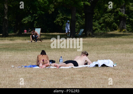 London, UK. 6th July 2018. People sunbathe at Hype Park in London on July 6, 2018 during a weekend heatwave in the United Kingdom. Credit: Picture Capital/Alamy Live News - Stock Photo