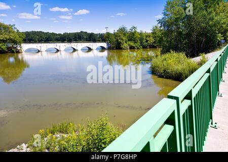 Most přes rybník Vítek z 1781, Stará Hlína, Jižní Čechy, Česká republika / stony bridge from 1781 over Vitek pond, Stara Hlina, South Bohemia, Czech r - Stock Photo