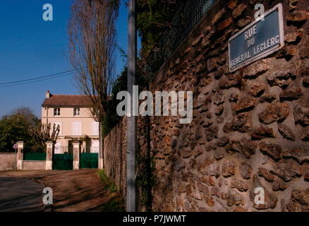 AJAXNETPHOTO. 2011. LOUVECIENNES,FRANCE. HOUSE IN THE VILLAGE ONCE LIVED IN BY THE ARTIST PIERRE AUGUSTE RENOIR 1841 - 1919. RUE DU GENERAL LECLERC.  PHOTO:JONATHAN EASTLAND/AJAX REF:GR2_111006_12696 - Stock Photo
