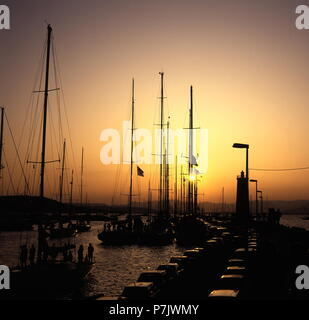 AJAXNETPHOTO. ST.TROPEZ, FRANCE. - COTE D'AZUR SUNSET - MASTS OF MOORED YACHTS SILHOUETTED AS THE SUN GOES DOWN OVER THE HARBOUR ON THE MEDITERRANEAN. PHOTO:JONATHAN EASTLAND/AJAX REF:930202_53 - Stock Photo