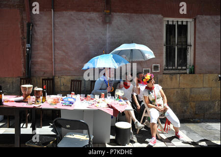 Pamplona, Spain. 7th July 2018. Revelers wait for the first bullfight in Pamplona San Fermin Festival, 6 July 2018.    Primera corrida de rejoneo en las Fiestas de San Fermin Credit: CORDON PRESS/Alamy Live News - Stock Photo
