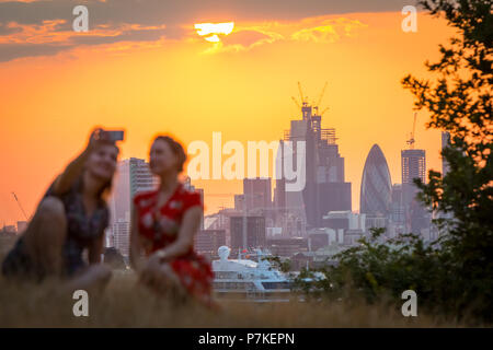 London, UK. 7th July, 2018. UK Weather: Sunset from the top of Greenwich Park ending another summer heatwave day reaching highs of 28C in the city. Credit: Guy Corbishley/Alamy Live News - Stock Photo