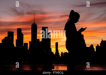 New York, USA. 6th July, 2018. Picture taken in Brooklyn, New York, the United States, on July 6, 2018 shows a view of Manhattan skyline at sunset. Credit: Li Muzi/Xinhua/Alamy Live News - Stock Photo