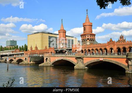 Germany, Berlin, Kreuzberg district, Oberbaumbrücke (Oberbaum Bridge) over Spree River that links Kreuzberg and Friedrichshain districts - Stock Photo