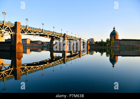 France, Haute Garonne, Toulouse, Garonne banks, Saint Pierre bridge and dome of Saint Joseph de la Grave Hospital - Stock Photo