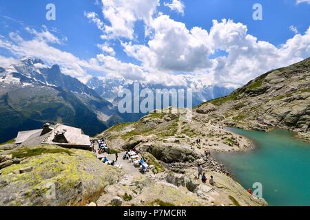 France, Haute Savoie, Chamonix Mont Blanc, Lac Blanc and refuge of the lac Blanc (2352m) in the Reserve naturelle nationale des Aiguilles Rouges (Aiguilles Rouges National Nature Reserve) with a view on the Aiguilles of Chamonix including the Aiguille Verte (4122m), the Mer de Glace glacier and the Mont Blanc (4810m) - Stock Photo