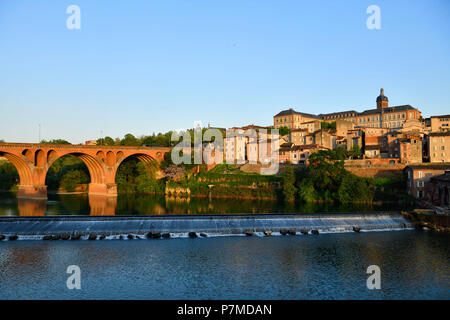France, Tarn, Albi, the episcopal city, listed as World Heritage by UNESCO, banks of the River Tarn with 22 august 1944 bridge - Stock Photo