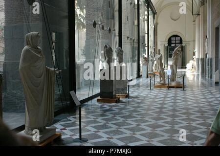 GALERIA DE ESCULTURAS - INTERIOR DEL MUSEO ARQUEOLOGICO DE NAPOLES. Location: NATIONAL MUSEUM OF ARCHAEOLOGY, NEAPEL, ITALIA. - Stock Photo