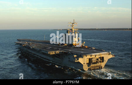 Hurricane Relief-11. Port bow view of the US Navy (USN) NIMITZ CLASS: Aircraft Carrier, USS RONALD REAGAN (CVN 76), underway in the Atlantic Ocean during an unscheduled evening departure from Naval Station Norfolk, Virginia (VA), pending the arrival of Hurricane Isabel. - Stock Photo
