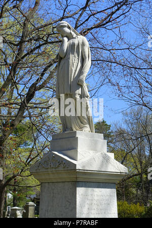 English: Sculpture in Mount Auburn Cemetery - Cambridge, Massachusetts, USA. 24 April 2016, 11:00:15 278 Mourning maiden - Mount Auburn Cemetery - Cambridge, MA - DSC09145 - Stock Photo