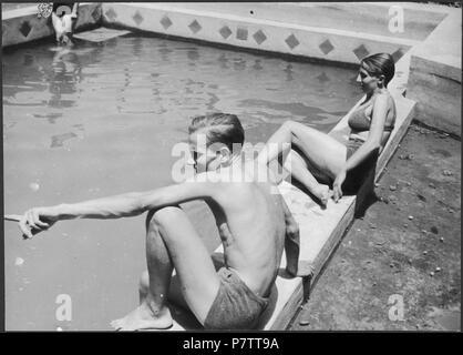 Iran, Meshed (Mashhad): Britisches Konsulat; Eine Frau und ein Mann am Swimmingpool. from 1939 until 1940 73 CH-NB - Iran, Meshed (Mashhad)- Britisches Konsulat - Annemarie Schwarzenbach - SLA-Schwarzenbach-A-5-19-113 - Stock Photo